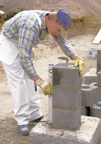 Kuva 50. Pilarin tekoa pilariharkoista. Harkon raudoitteet asennetaan onteloon ja ontelo valetaan betonilla.