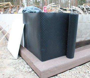 Kuva 52. Patolevyä käytetään yleisesti harkkorakenteisten perusmuurien kosteuseristykseen. Vaikeissa olosuhteissa esim. kun vettä voi kertyä tilapäisesti perusmuurin viereen, perusmuuri eristetään lisäksi bitumikermeillä.