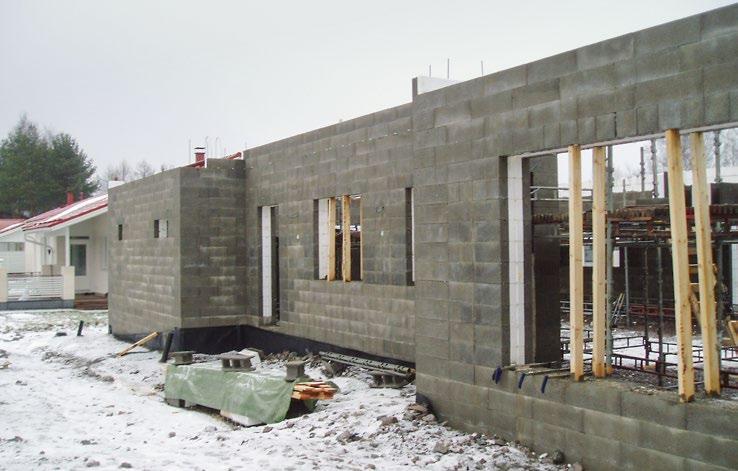 Kuva 76. Talvella tulee huolehtia riittävästä sääsuojauksesta, lämmityksestä ja liukkauden torjumisesta. Liian varhain jäätynyt betoni ei saavuta suunniteltua lujuutta ja yleensä joten rakenne joudutaan purkamaan. Purkamiskustannukset ovat moninkertaiset lämmittämiseen ja suojaukseen verrattuna.