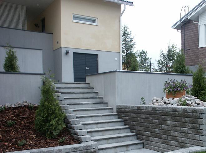 omakotitalon-piha-muuri-ja-portaat